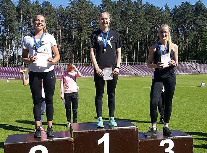 Lina Surgelaitė (viduryje) - šalies jaunimo ieties metimo rungties čempionė.