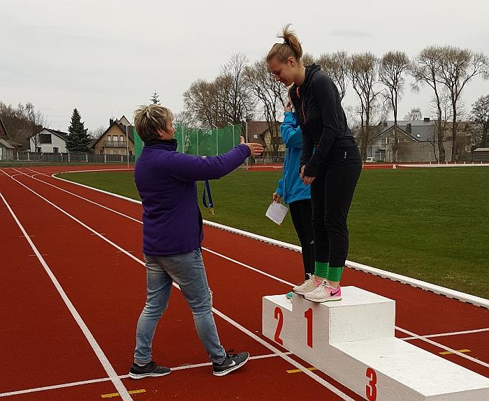 Lina Surgelaitė ieties (600 g) metimo rungtyje ji tarp jaunimo iškovojo pirmąją vietą