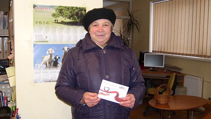 """Prenumeratorių loterijos pagrindinio prizo - 30 eurų vertės """"Senukų"""" dovanų kupono - laimėtoja Danutė Jatkauskienė."""