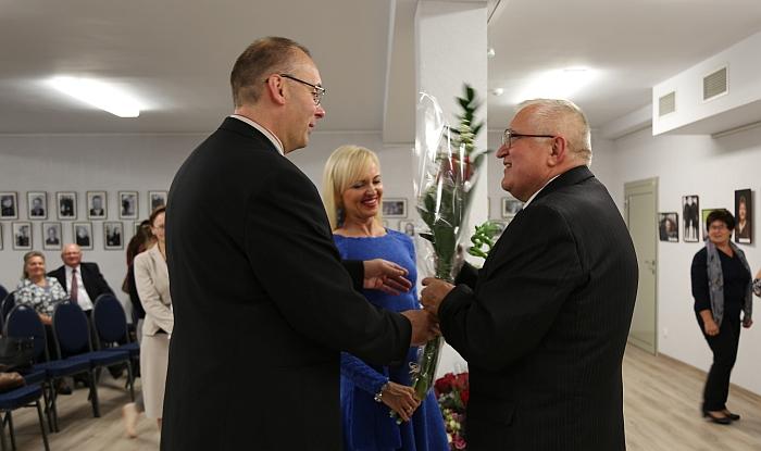 """Knygos """"Į Lapeles pargrįžta paukščiai"""" autorių Joną Lučiūną (dešinėje) sveikina sūnus su žmona."""