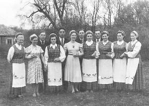 Pamusiuose buvęs saviveiklos kolektyvas (Ona Lučiūnienė stovi ketvirta iš kairės).