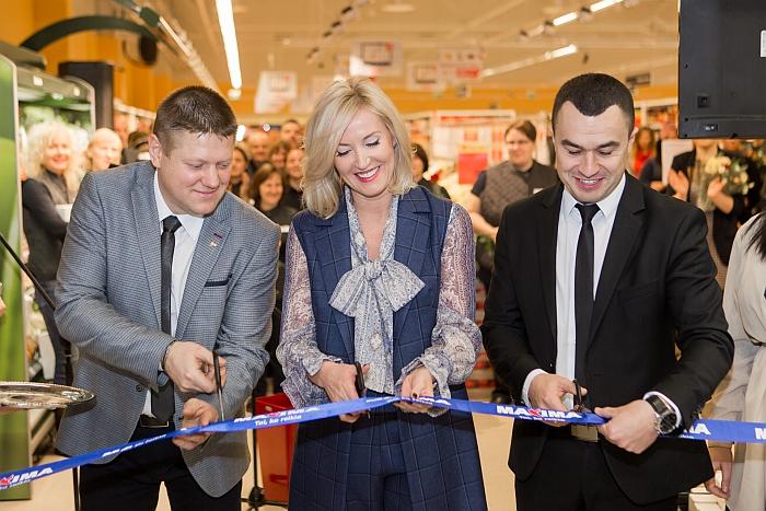 """Merė Živilė Pinskuvienė su """"Maxima X"""" tinklo direktoriumi Mindaugu Skardžiumi (dešinėje) ir Širvintų prekybos centro vadovu Sauliumi Bakšansku (kairėje) buvo pakviesta perkirpti simbolinę juostelę."""