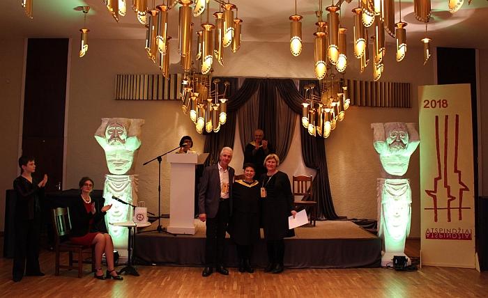 Gediminas ir Rita Makauskai po apdovanojimo su vertinimo komisijos pirmininke Danute Vaigauskaite (centre), Klaipėdos universiteto Menų fakulteto Režisūros katedros vedėja, humanitarinių mokslų daktare.