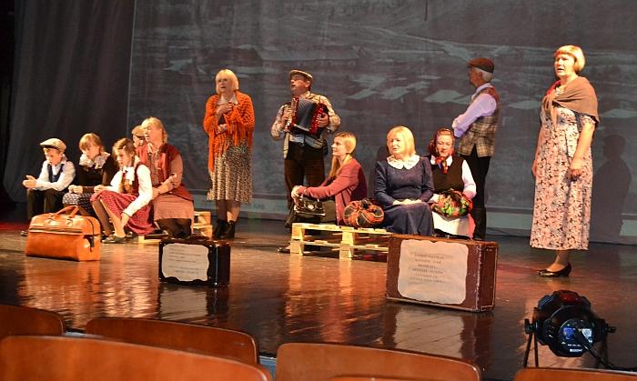 """Scena iš spektaklio """"Vagonų dundesy atgyja dienos praeities"""", parodyto regioninėje apžiūroje Ignalinoje."""