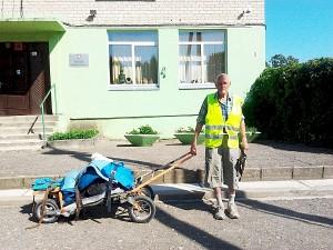 Romualdas Malinauskas traukia keturių ratų vežimėlį.