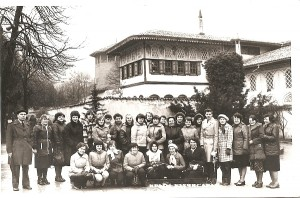 Marytė Rakauskaitė (pirmoje eilėje pirma iš kairės) drauge su mokytojais kelionėje.