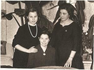 Marytė (pirma iš kairės) su mama ir seserimi Janina.