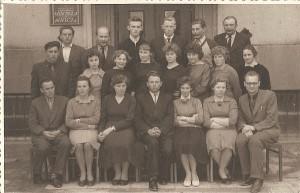 Širvintų darbininkų jaunimo vidurinės mokyklos abiturientų klasė (Marytė Rakauskaitė - antroje eilėje antra iš kairės, pirmoje eilėje (iš kairės į dešinę) sėdi mokytojai Antanas Ažubalis, Liuda Nainienė, Četrauskaitė, direktorius Vladas Misikonis, mokytojai Žana Goroško, Bronė Žvinienė ir Ivaškevičius).
