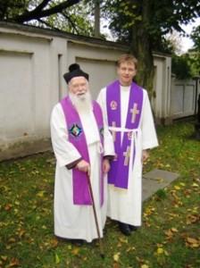 Kunigas Marius Talutis (dešinėje) su pirmuoju savo klebonu kunigu Ignacu Milašiumi.
