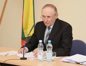 """Posėdį vedė vyriausias rajono tarybos narys """"darbietis"""" Alfonsas Romas Maršalka."""