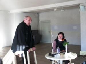 """Įdomios buvo aktoriaus Valentino Masalskio mintys apie teatrą, apie menininko vietą visuomenėje (sėdi leidyklos """"Tyto Alba"""" direktorė Lolita Varanavičienė)."""
