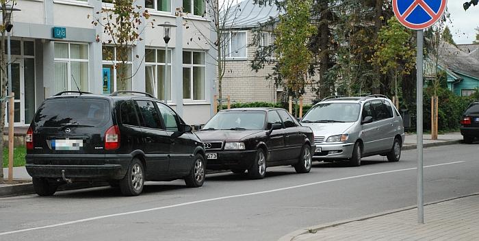 """Draudžiamoje vietoje nuolat stovi į banką ar teismą atvykusių klientų automobiliai, tačiau policija jų """"nepastebi"""". Jei vairuotojai nekreipia dėmesio į ištisinę liniją ir nežino Kelių eismo taisyklių reikalavimų, gal ir toje gatvės pusėje reikėtų pastatyti stovėjimą draudžiantį kelio ženklą?"""