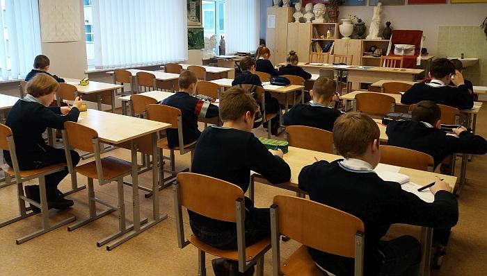 Matematikos olimpiados užduotis sprendžia 3-4 klasių mokiniai.