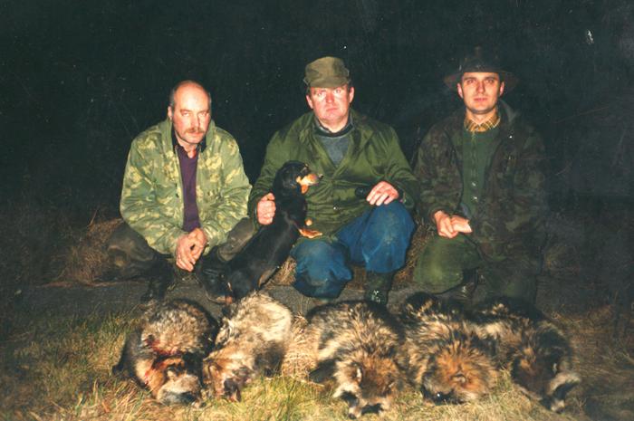 Kielių klubo medžiotojai prie urvuose sumedžioto laimikio. Centre - Hendrikas Adomavičius.