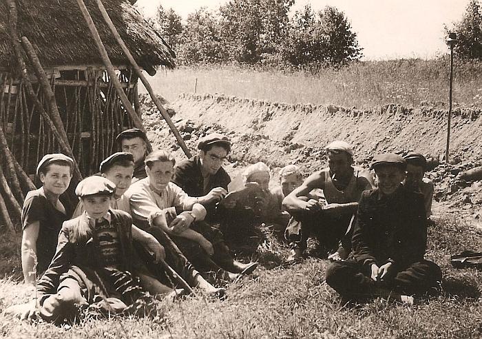 Melioratorių, dirbusių Musninkų seniūnijoje, atokvėpio valandėlė (centre Romualdas Tinfavičius).