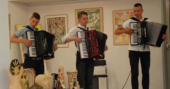 Šauniai atrodė ir dar šauniau grojo mokytojos Tatjanos Maciulevič auklėtiniai Erikas Ašaka, Tomas Pilka, Nicolas Einoris.