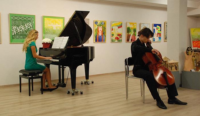 Klausytojus pakerėjo Lukrecijos Vaičelytės (fortepijonas) ir Luko Cikanavičiaus (violončelė) atliekama muzika.