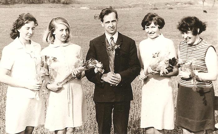 Širvintų meno mokyklos kolektyvas: (iš kairės į dešinę) mokytojos Zina Stonienė, Danutė Žiedelienė, direktorius Jeronimas Pauliukonis, mokytojos Rožė Polonskienė ir Aldona Pažusytė. 1970 metai.