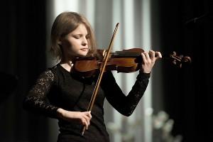 Smuiką virkdė buvusi Meno mokyklos auklėtinė ir tolesnį gyvenimą susiejusi su muzika Indrė Andrikonytė.
