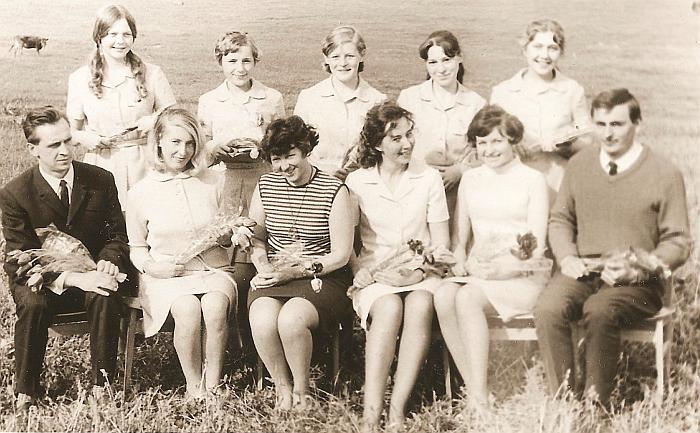 Meno mokyklos mokiniai ir mokytojai: (sėdi iš kairės į dešinę) Jeronimas Pauliukonis, Danutė Žiedelienė, Aldona Pažusytė, Zina Stonienė, Rožė Jankauskaitė-Polonskienė, Henrikas Badokas, (stovi antroje eilėje iš kairės į dešinę) Tamara Kimševaitė, Vida Sekmokaitė, Stanislava  Vyšniauskaitė-Levickienė, Regina Nainaitė, Gražina Miltenytė. 1970 metai.