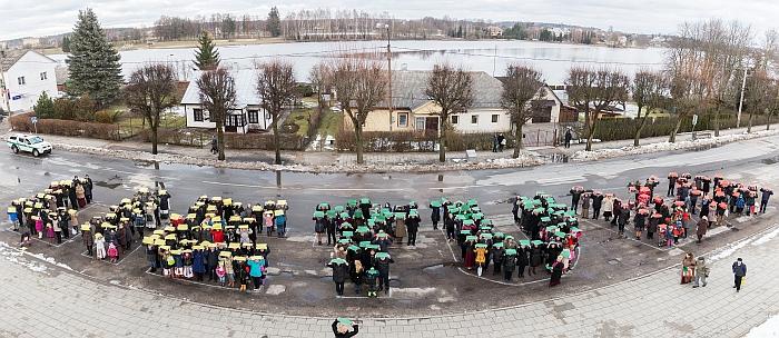 Šventinio renginio dalyviai sustojo į žodį LIETUVA. Deniso Kizino nuotrauka