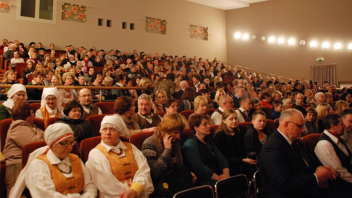 Pilnutėlė Širvintų kultūros centro salė laukia šventinio koncerto pradžios.