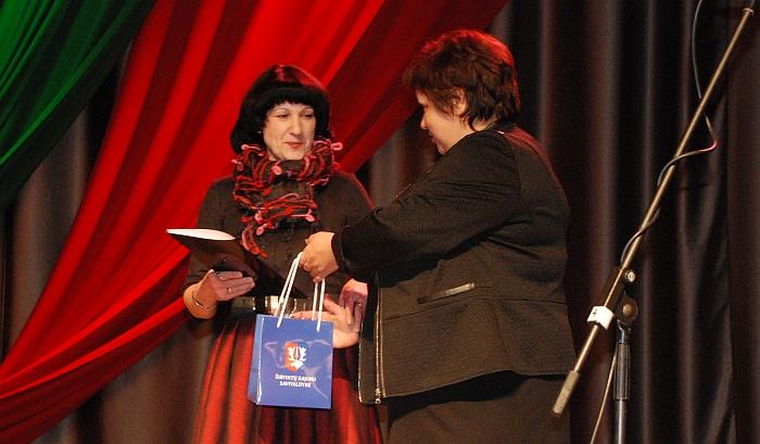Merės pavaduotoja Irena Vasiliauskienė sveikina Igno Šeiniaus premijos laureatę Širvintų kultūros centro dailininkę Dalią Karolaitienę.