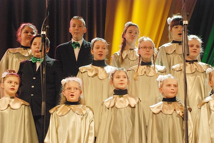 """Jaunučių choras """"Garsiukai"""" iš Meno mokyklos padainavo dainą """"Nepaskutinis suktinis""""."""