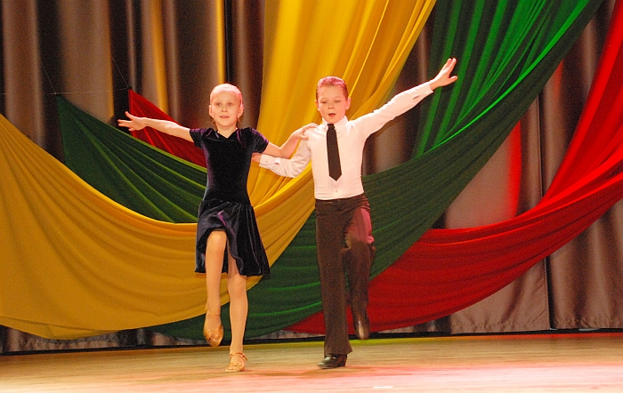 Šauniai ritmą gaudė jaunieji šokėjai Laurynas Jakubickis ir Meda Kazlauskaitė.