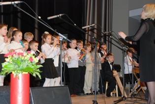Meno mokyklos dainininkai sudainavo dainą apie gandrą.