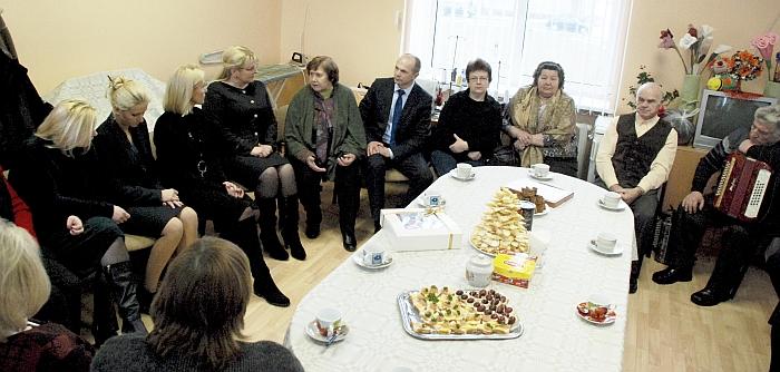 Su armonikos garsais ir vaišėmis svečius pasitiko Širvintų rajono neįgaliųjų draugijos nariai.