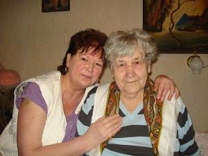 Didžiausia Irenos Miselienės pagalbininkė - dukra Genė Surgelienė (kairėje).