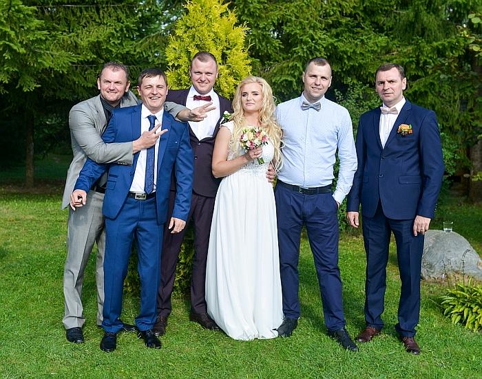Jadvyga Jančiauskienė džiaugiasi savo vaikais: (iš kairės į dešinę) sūnumis Kęstučiu, Mariumi, Rimvydu, marčia Renata, sūnumis Linu ir Gintaru.