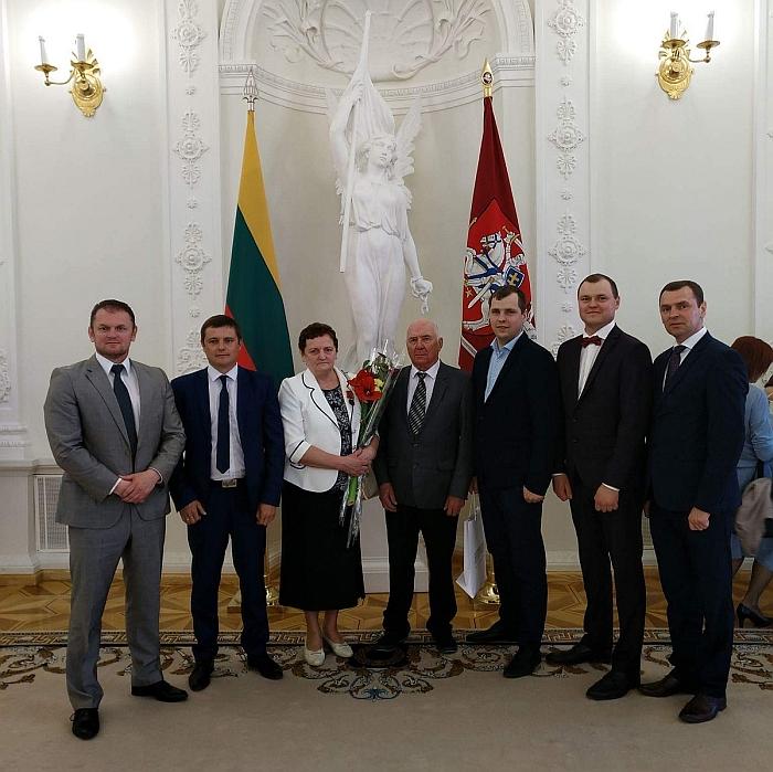Lietuvos Respublikos Prezidento rūmuose Jadvyga Jančiauskienė su savo šeima: (iš kairės į dešinę) sūnumis Kęstučiu, Mariumi, vyru Justinu, sūnumis Linu, Rimvydu ir Gintaru.