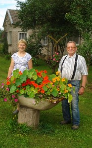 Valdonė Pažūsienė ir Stasys Motiejūnas prie sodybos, esančios Limonių kaime.