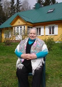 Trijų dukrų mama Gema Kanapienienė prie savo namų Beivydžių kaime.