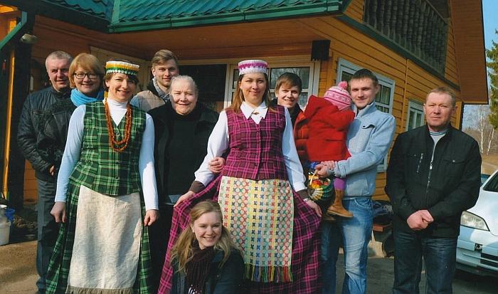 Gema Kanapienienė (penkta iš kairės) su savo šeima.