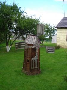 Širvinskų sodyboje (Juodonys) gausu mažosios architektūros elementų.