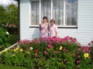 Gėlėmis rūpinasi marti Kristina (dešinėje) ir anyta Vaclava Gatelienės.