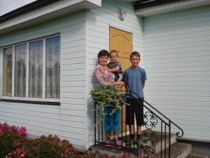 Musninkai atgimsta jame besikuriančių jaunų žmonių dėka: Kristina Gatelienė su sūnumis Tadu  ir Roku.