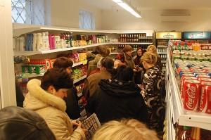 Žmonėms pirmiausia buvo smalsu pasidairyti atnaujintos parduotuvės viduje.