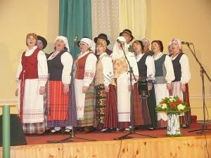 """Publiką sujaudino folklorinio ansamblio """"Vingiorykštė"""" (vadovė Audronė Burakovienė) atlikta tremtinių daina """"Nešauk manęs, Tėvyne""""."""