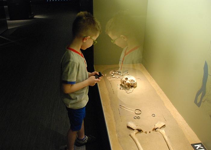 Net ir mažieji muziejaus lankytojai tą vakarą domėjosi Kernavės krašto istorija ir įdėmiai apžiūrinėjo įvairius archeologinius radinius.