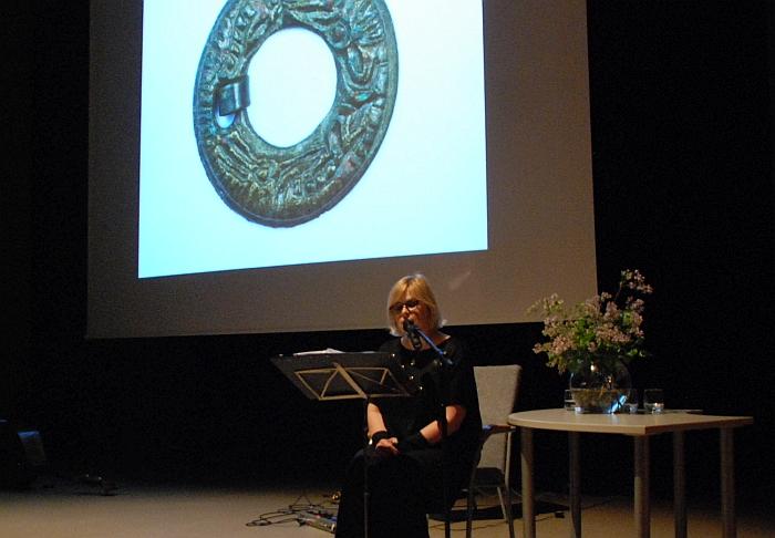 Aktorė Aldona Vilutytė džiugino muziejaus lankytojus jausmingu J. Vaičiūnaitės poezijos skaitymu.