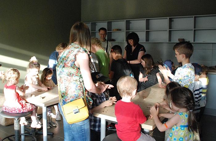 Loreta Orakauskienė mokė vaikus lipdyti iš molio.
