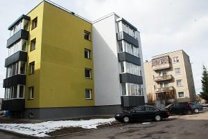 Baigiamame renovuoti Vilniaus gatvės 17 name (kairėje) išlaidos už šildymą 2,3 karto mažesnės nei analogiškame Vilniaus gatvės 15 name (dešinėje).