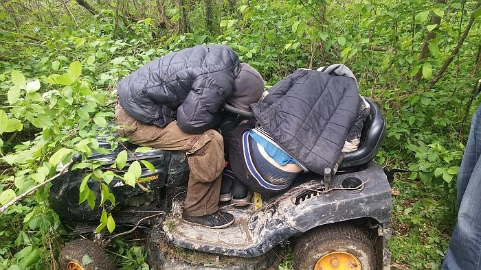 Sekdami pėdsakais, policininkai miške aptiko traktoriuką, o ant jo - bemiegančius nepilnamečius.