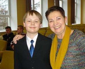 Pirmosios vietos laimėtojas Nojus Kralikevičius su vertinimo komisijos pirmininke Danute Vaigauskaite - Klaipėdos universiteto Teatro katedros vedėja, scenos kalbos pedagoge, humanitarinių mokslų daktare.