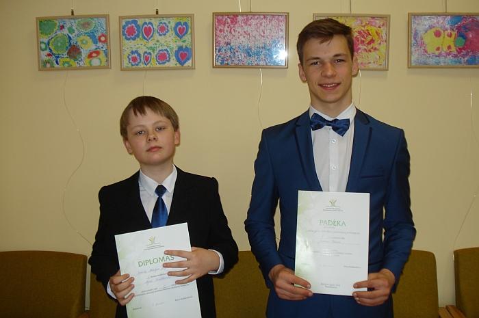Konkurso dalyviams Nojui Kralikevičiui (kairėje) ir Justinui Blažiui (dešinėje) įteikti Švenčionių rajono Švietimo pagalbos tarnybos apdovanojimų raštai.