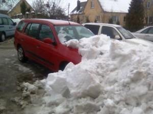 """Sniego nuošliauža prie """"Norfos"""" prekybos centro """"įkalino"""" lengvąjį automobilį."""